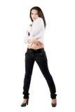 Le jeune femme dans des jeans noirs photos stock