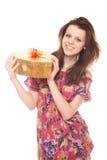 Le jeune femme de sourire avec de l'or de cadeau enferment dans une boîte comme coeur Images libres de droits