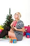 Le jeune femme donne des merci à Dieu au christmastime Images stock