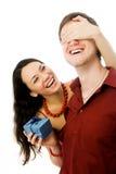 Le jeune femme donne un présent à son mari Images libres de droits