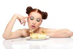 Le jeune femme mangent le gâteau savoureux photo stock