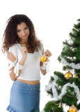 Le jeune femme mignon décorent l'arbre de Noël Images stock