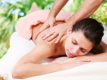 Le jeune femme obtient un massage Photo stock