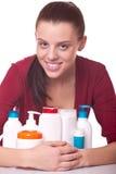 Le jeune femme près a placé des produits de beauté pour le skincare Image libre de droits