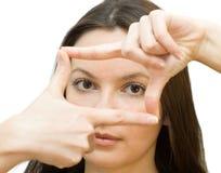 Le jeune femme produit une trame avec ses mains Photographie stock