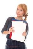 Le jeune femme retient des dépliants et des documents Photos libres de droits