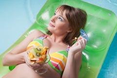 Le jeune femme se trouve sur un matelas gonflable images libres de droits