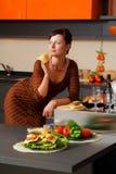 Le jeune femme sur la cuisine Images stock