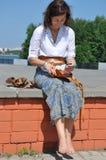 Le jeune femme sur la promenade Photos libres de droits