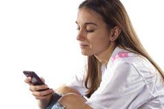 Le jeune femme utilise le téléphone pour communiquer Photographie stock libre de droits