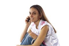 Le jeune femme utilise le téléphone pour communiquer Images libres de droits