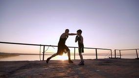 Le jeune fils masculin de Trains His Young d'athlète et enseigne la boxe banque de vidéos