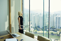 Le jeune financier qualifié féminin pense à quelque chose pendant la coupure au jour de travail Image libre de droits