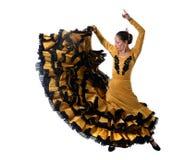 Le jeune flamenco espagnol de danse de femme dans les gens typiques a coupé la queue la robe de robe Photographie stock