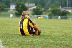 Le jeune footballeur attache des chaussures Photos libres de droits
