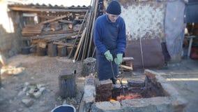 Le jeune forgeron travaille le métal Artisan, le montagnard sur la forge privée dans le village La combustion ouvre une session l banque de vidéos
