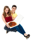 Le jeune garçon étonne l'amie avec la pizza Image stock
