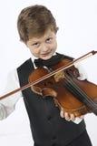 Le jeune garçon apprend à tenir un violon Photographie stock libre de droits