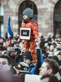 Le jeune garçon avec le carton de Charlie de suis de Je se connectent son père Images libres de droits