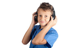 Le jeune garçon avec des écouteurs d'isolement sur le fond blanc Photos stock