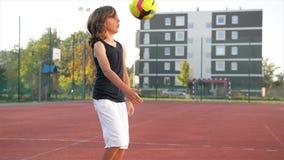 Le jeune garçon avec l'aspect caucasien donne un coup de pied le ballon de football dehors Il a beaucoup d'amusement jouant au fo banque de vidéos