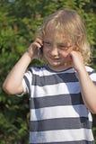 Le jeune garçon blond appelle photographie stock