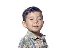 Le jeune garçon donne un clin d'oeil. Images stock