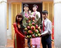 Le jeune garçon donnent des cadeaux pour des filles dans la tradition de mariage Photos libres de droits