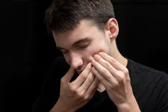 Le jeune garçon est souffrance du mal de dents douloureux Image libre de droits