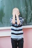 Le jeune garçon heureux aux maths de la première pente classe photo libre de droits