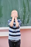 Le jeune garçon heureux aux maths de la première pente classe photos libres de droits