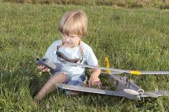 Le jeune garçon heureux et ses RC neufs surfacent Photographie stock libre de droits