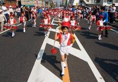 Le jeune garçon japonais aboutit une fanfare. Photographie stock libre de droits