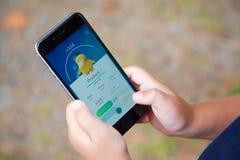 Le jeune garçon jouant Pokemon vont Photos stock