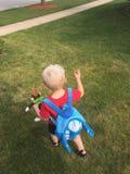 Le jeune garçon marche à travers la pelouse Photographie stock libre de droits