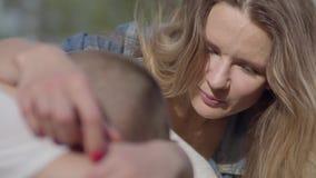 Le jeune garçon pleure et la mère calme son fils dehors Maman et fils de relations clips vidéos