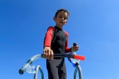 Le jeune garçon prêt pour plonger dans le costume de plongée met le masque dessus de plongée Images libres de droits