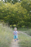 Le jeune garçon a rempli de merveille tout en faisant une promenade photo libre de droits