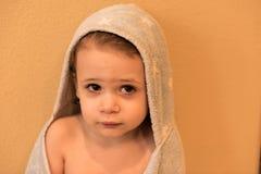 Le jeune garçon sèche après un bain Photo stock