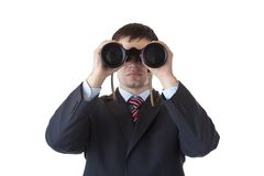 Le jeune gestionnaire regarde par des jumelles image stock