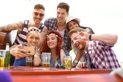 Le jeune groupe font le selfie avec le téléphone portable Images libres de droits