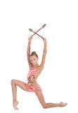 Le jeune gymnaste exécute un exercice avec des clubs Photos stock