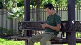 Le jeune homme éclaire après réception du message textuel, 4K clips vidéos