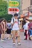 Le jeune homme écoutent la musique sur le smartphone, Changhaï, Chine Photos libres de droits