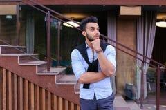 Le jeune homme élégant concentré de l'aspect musulman regarde de s Photographie stock libre de droits