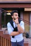 Le jeune homme élégant concentré de l'aspect musulman regarde de s Photographie stock
