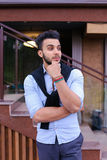 Le jeune homme élégant concentré de l'aspect musulman regarde de s Photos libres de droits
