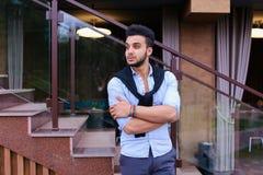 Le jeune homme élégant concentré de l'aspect musulman regarde de s Photo stock