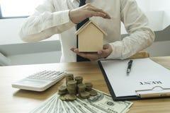 Le jeune homme était sur le point d'approuver l'argent pour louer une maison et une voiture photographie stock
