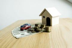 Le jeune homme était sur le point d'approuver l'argent pour louer une maison et une voiture photos stock